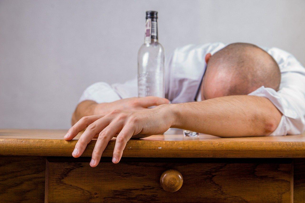 Mittel gegen Kater - Tipps gegen Übelkeit und Hangover Kopfschmerzen