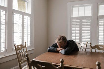 Warum müde nach dem Essen? Ursachen & Abhilfe