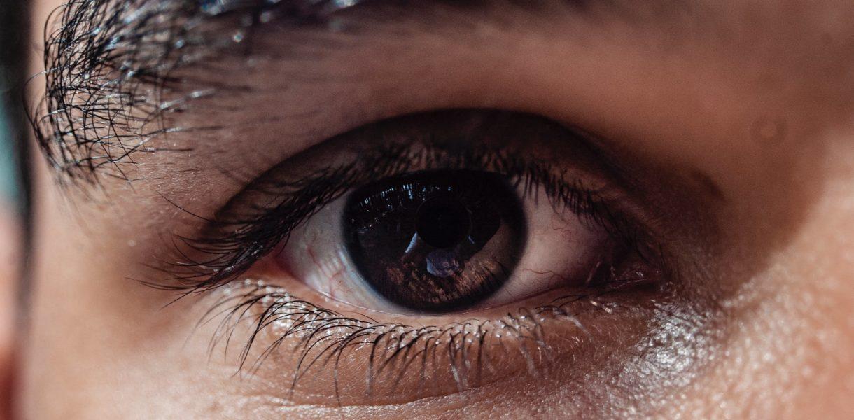 Wie Wimpern und Augenbrauen Ihre Augen schützen